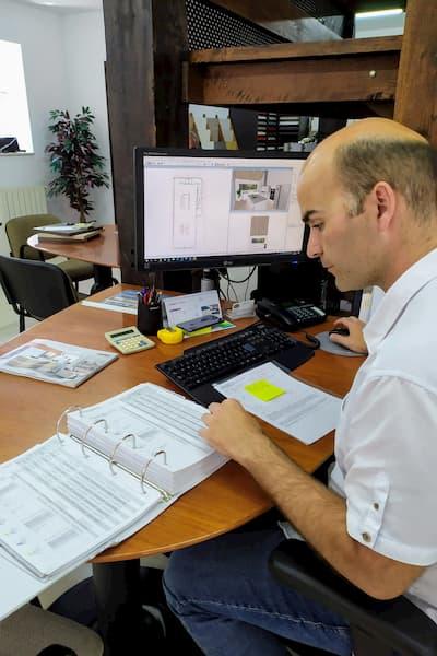 Hombre en su escritorio.