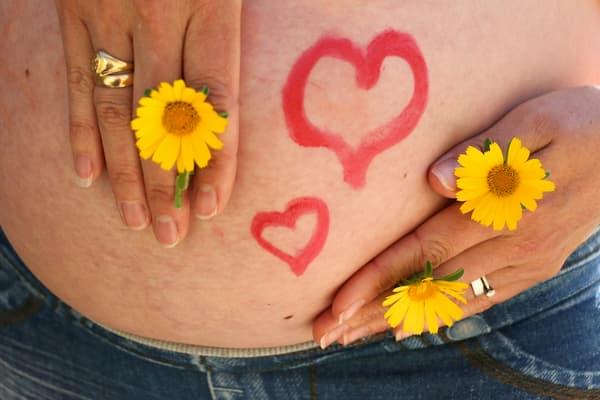 Embarazada y margaritas.