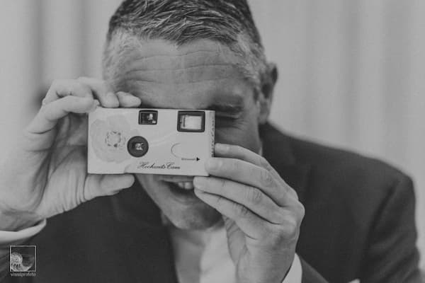 Hombre con cámara vieja.