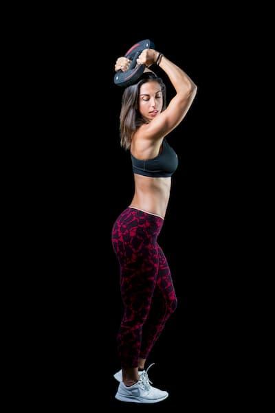 Mujer posando en ropa deportiva.