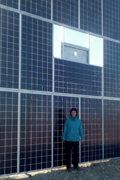 mujer y paneles solares.