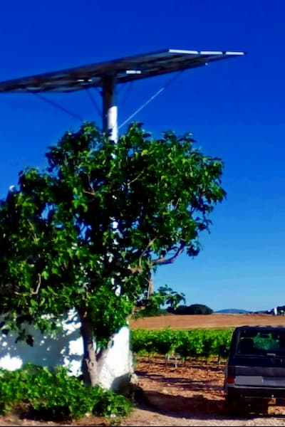 Panel solar elevado.