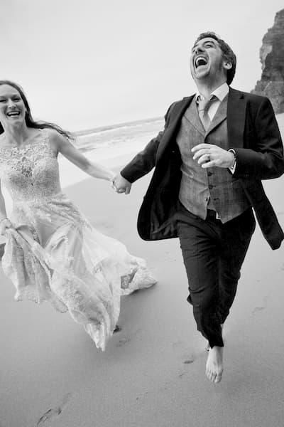 Recién casados corriendo.