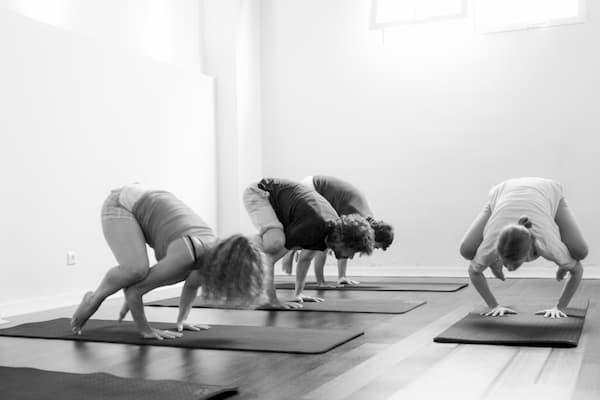 Mujeres practicando Yoga.