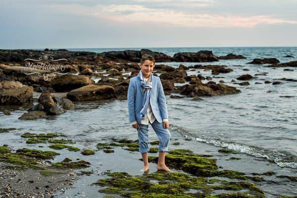 Niño en la costa.