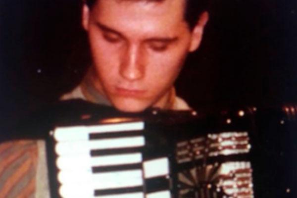 Hombre tocando acordeón.