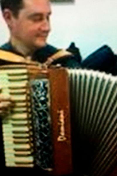 Hombre usando acordeón.