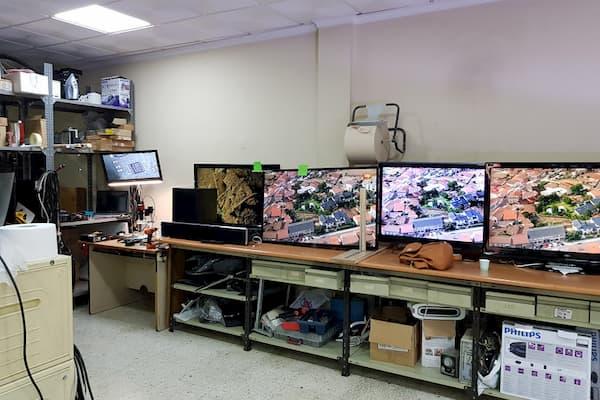 Mesas y televisores.