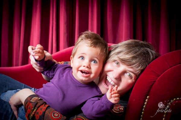 Padre e hijo en sillón.