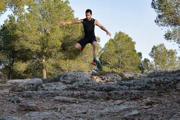 Hombre entrenando al aire libre.