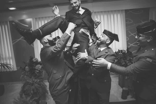 Hombres festejando.