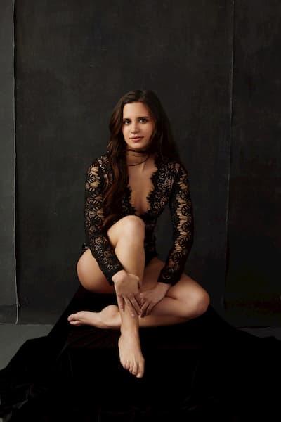 Mujer posando de rodillas.