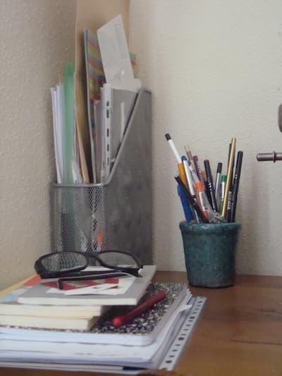 Lápices, libros y lentes.