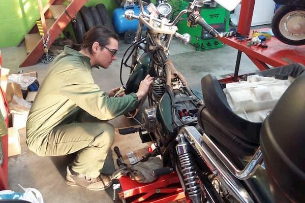 Mecánico y moto.