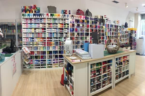 Mostrador y estantes de lanas.