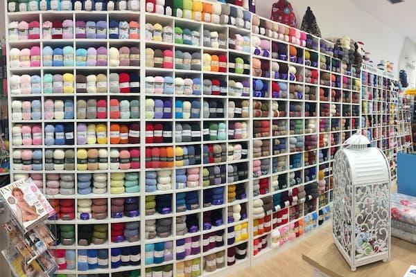 Interior tienda de lanas.