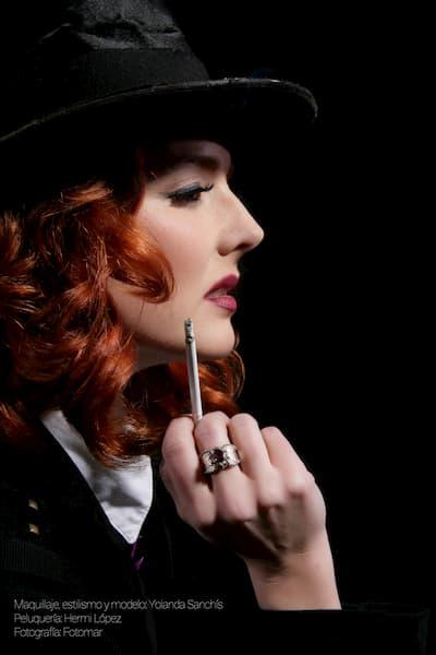 Mujer cabello rojo.