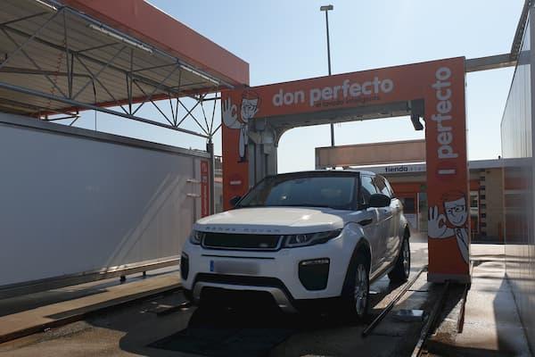 Range Rover en autolavado.