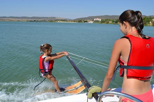 Niña haciendo windsurf.