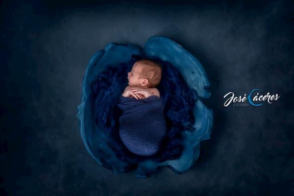 Bebé durmiendo de azul.