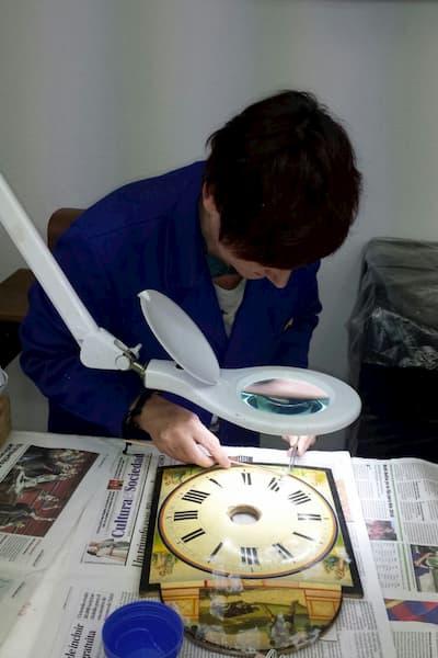 Mujer trabajando sobre reloj.