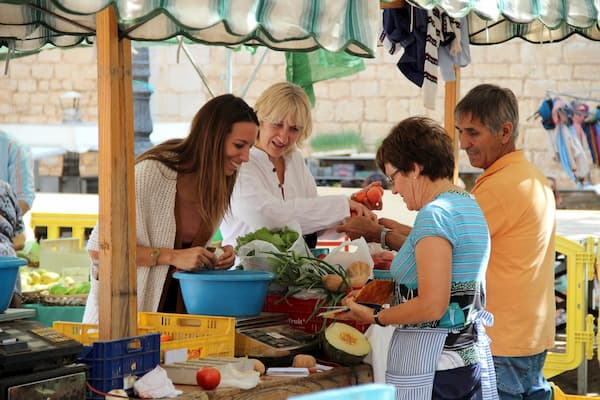 Mujeres pesando vegetales.